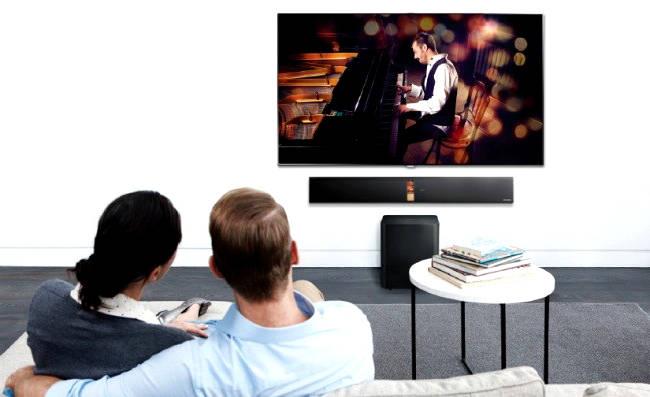 familia mirando tele